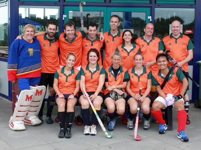 Sint Maartenskliniek nu ook in hockeykleding van Akaza sport!