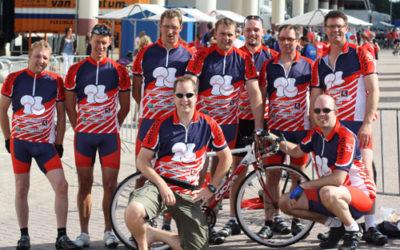Team Banken Champignons in Akaza sport wielerkleding.