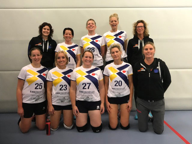 Dames vv. Flits in de nieuwe volleybalshirts